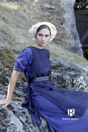 Wearing Example of medieval Bonnet, Underdress and Overdress